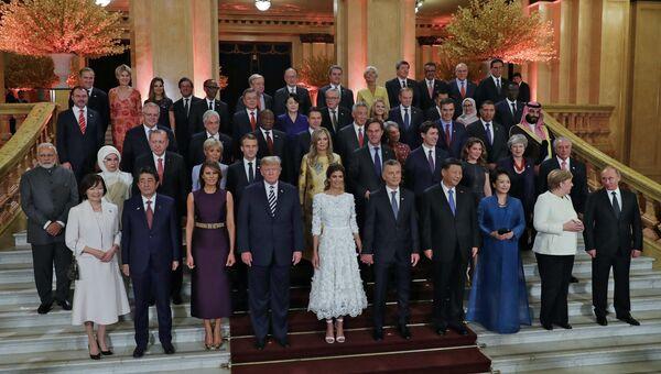 Главы делегаций государств-участников Группы двадцати, приглашенных государств и международных организаций с супругами на церемонии совместного фотографирования в театре Колон перед торжественным концертом в честь открытия саммита G20 в Буэнос-Айресе. 30 ноября 2018