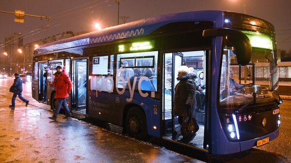 Пассажиры выходят из электробуса, следующего по маршруту № 73 в Москве