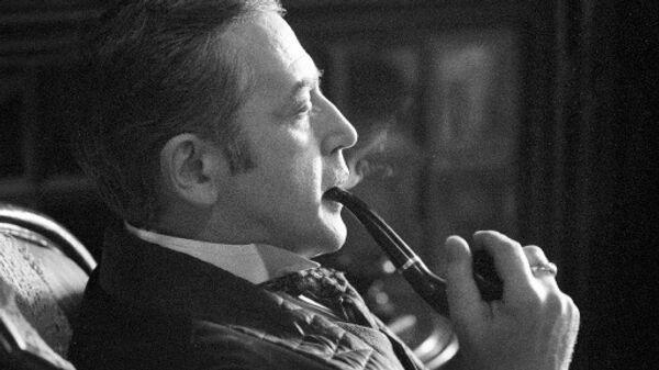 Заслуженный артист РСФСР Василий Ливанов в роли Шерлока Холмса в сцене из художественного фильма Шерлок Холмс и доктор Ватсон.