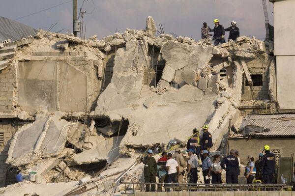 Здание школы обрушилось на Гаити