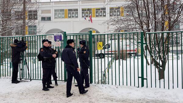 Полицейские у входа на территорию школы №1359 в Москве