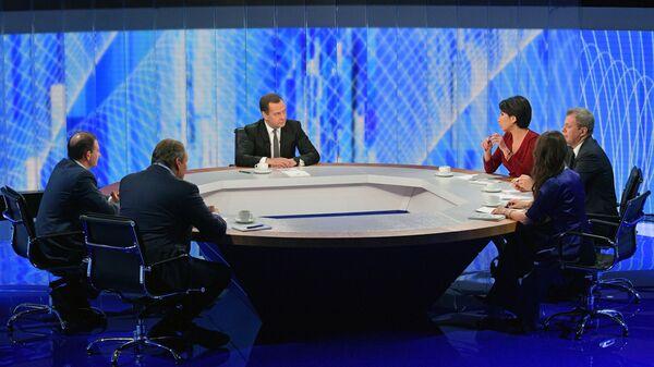 Председатель правительства РФ Дмитрий Медведев во время интервью журналистам пяти российских телеканалов
