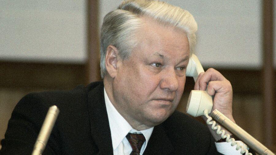 Президент России Борис Ельцин разговаривает по телефону. 11 марта 1993