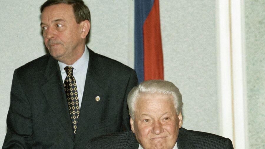 Президент РФ Борис Ельцин и начальник Управления Протокола Президента России Владимир Шевченко. 13 октября 1998