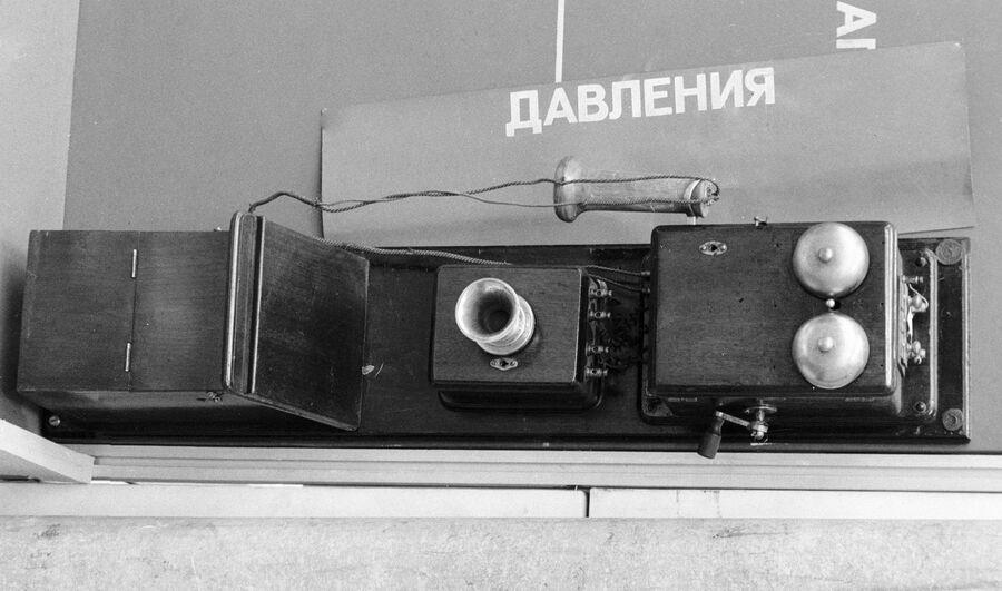 Первый телефонный аппарат, установленный в Москве международной компанией Белла