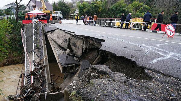 Разрушенный автомобильный мост через реку Чахцуцыр в селе Нижняя Шиловка Адлерского района.  6 декабря 2018