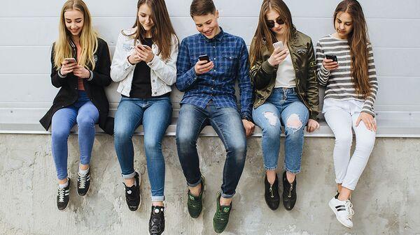 Подростки со смартфонами
