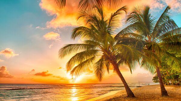 Закат на пляже карибского острова Барбадос