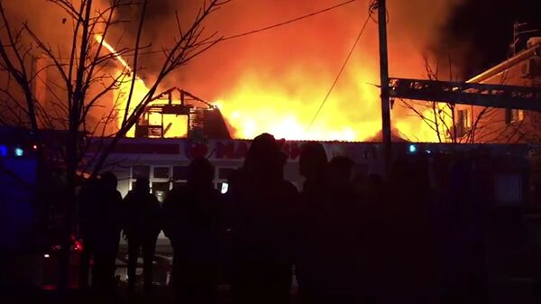 Сотрудники МЧС во время ликвидации пожара Терской улице Анапы. 6 декабря 2018