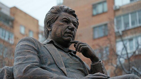 Памятник писателю Чингизу Айтматову в именном сквере писателя в Даниловском районе Москвы