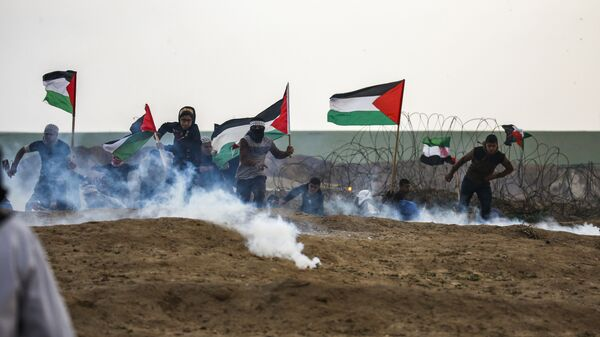 Палестинцы во время столкновений на границе с Израилем к востоку от города Газа