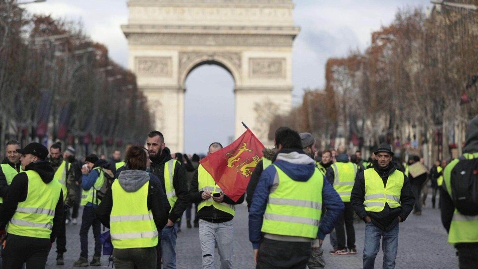 Участники акции протеста движения желтых жилетов в Париже. 8 декабря 2018 - РИА Новости, 1920, 09.12.2018