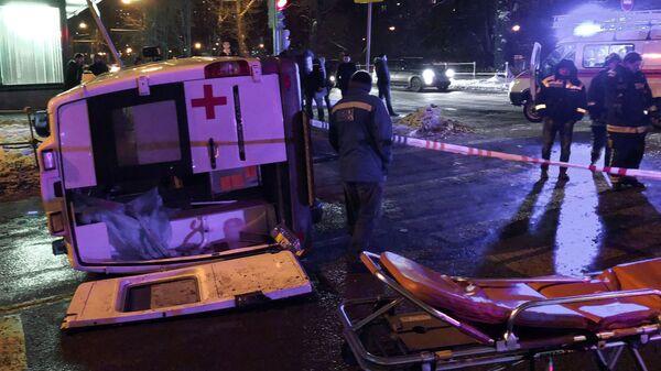 Последствия опрокидывания автомобиля скорой помощи в результате ДТП на Сиреневом бульваре в Москве. 8 декабря 2018