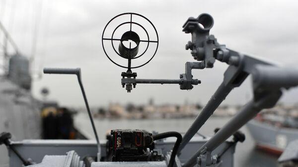 Прицел крупнокалиберного 14,5-мм пулемета на новейшем малом ракетном корабле проекта 21631 ВМФ России Орехово-Зуево в Севастополе