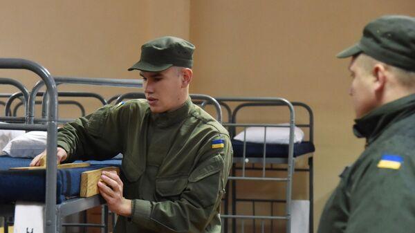 Военнослужащий заправляет кровать в казарме одной из воинских частей Нацгвардии Украины во Львове