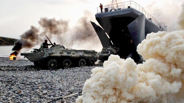 Бронетранспортеры с морскими пехотинцами выходят на берег мыса Клерка залива Петра Великого