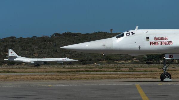 Российские стратегические бомбардировщики Ту-160 после посадки в международном аэропорту Майкетия к северу от Каракаса