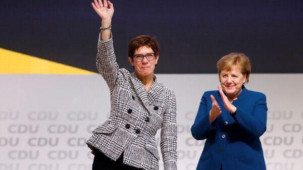 Аннегрет Крамп-Карренбауэр и канцлер Германии Ангела Меркель после оглашения итога выборов нового лидера партии ХДС