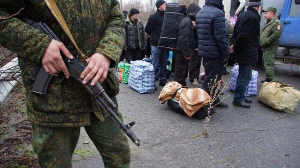 Передача представителями ЛНР украинской стороне для дальнейшего отбывания наказания 42 заключенных, осужденных до начала конфликта в Донбассе. 12декабря 2018