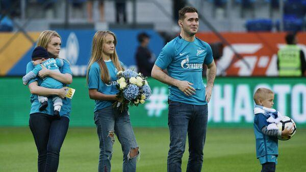 Игрок ФК Зенит Александр Кержаков с супругой и детьми во время чествования  в связи с завершением карьеры