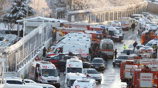 Автомобили пожарных и медицинских служб  на месте крушения высокоскоростного поезда в Анкаре, Турция. 13 декабря 2018