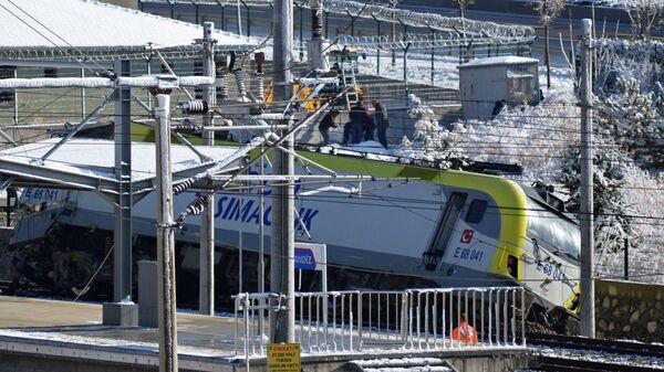Скоростной поезд сошел с рельсов в Анкаре