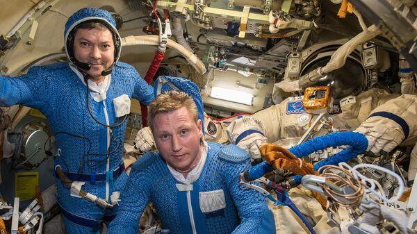 Космонавты Роскосмоса Олег Кононенко и Сергей Прокопьев