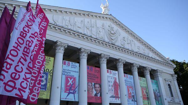 Афиши на фасаде Театра оперы и балета в Воронеже