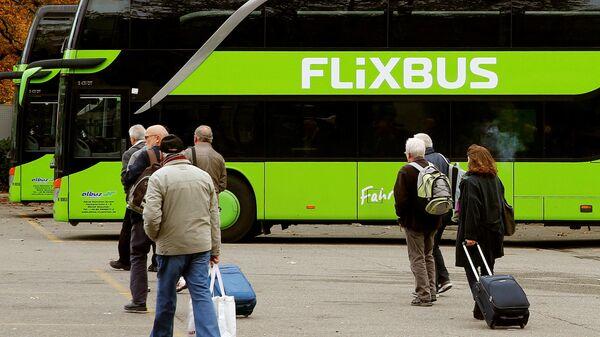 Пассажиры перед посадкой в автобус FlixBus в Цюрихе, Швейцария