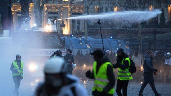 Полиция применяет водометы во время акции протеста желтых жилетов в Париже