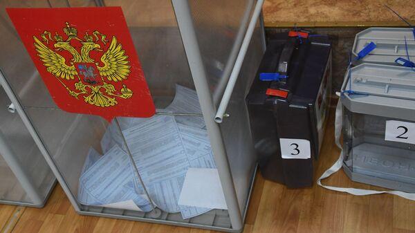 Урны для голосования на повторных выборах губернатора Приморского края на одном из избирательных участков во Владивостоке. 16 декабря 2018