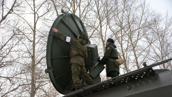 Военнослужащие во время обучения механиков и техников на станции спутниковой связи