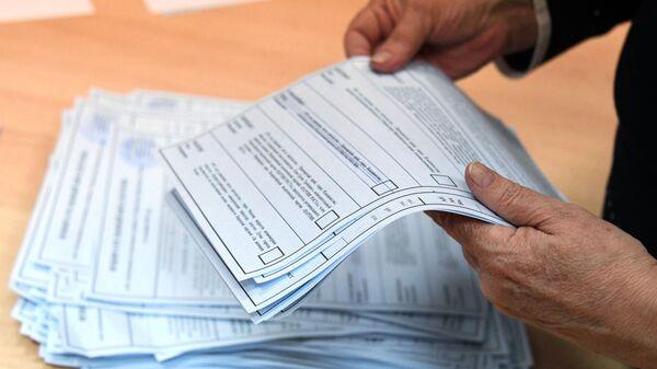 Подсчет голосов после закрытия избирательного участка на повторных выборах губернатора Приморского края во Владивостоке