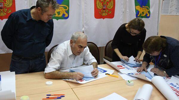 Члены избирательной комиссии во время подсчета голосов после закрытия избирательного участка на повторных выборах губернатора Приморского края во Владивостоке