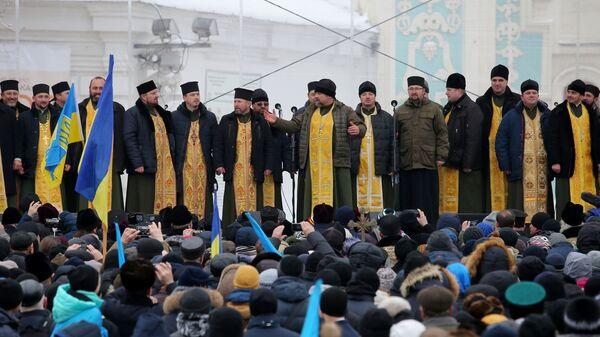 Священнослужители и верующие на объединительном соборе на Софийской площади в Киеве