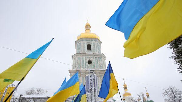 Украинские флаги верующих на объединительном соборе