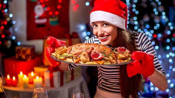 Девушка с праздничным блюдом