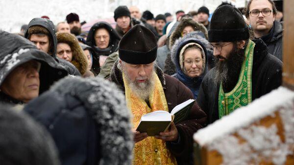 Молебен о невмешательстве власти в церковные дела у креста возле здания Верховной рады Украины в Киеве
