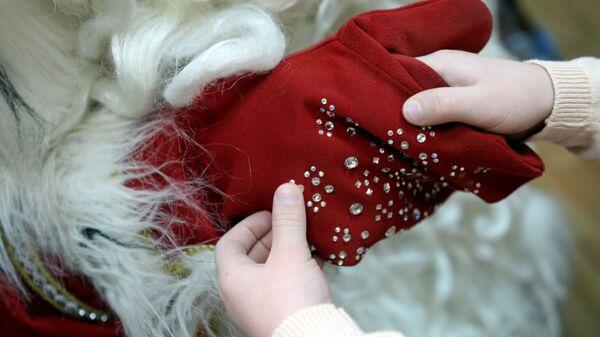 Дед Мороз во время встречи с детьми