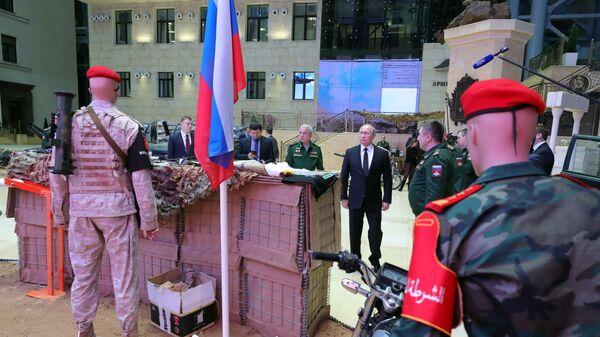 Президент РФ Владимир Путин во время осмотра выставки перед расширенным заседанием коллегии министерства обороны РФ. 18 декабря 2018