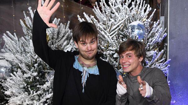 Актеры Александр Домогаров младший (слева) и Александр Головин на премьере заключительной части новогоднего альманаха Елки последние
