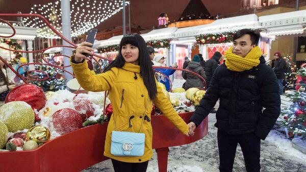 Туристы на новогодней ярмарке в центре Москвы