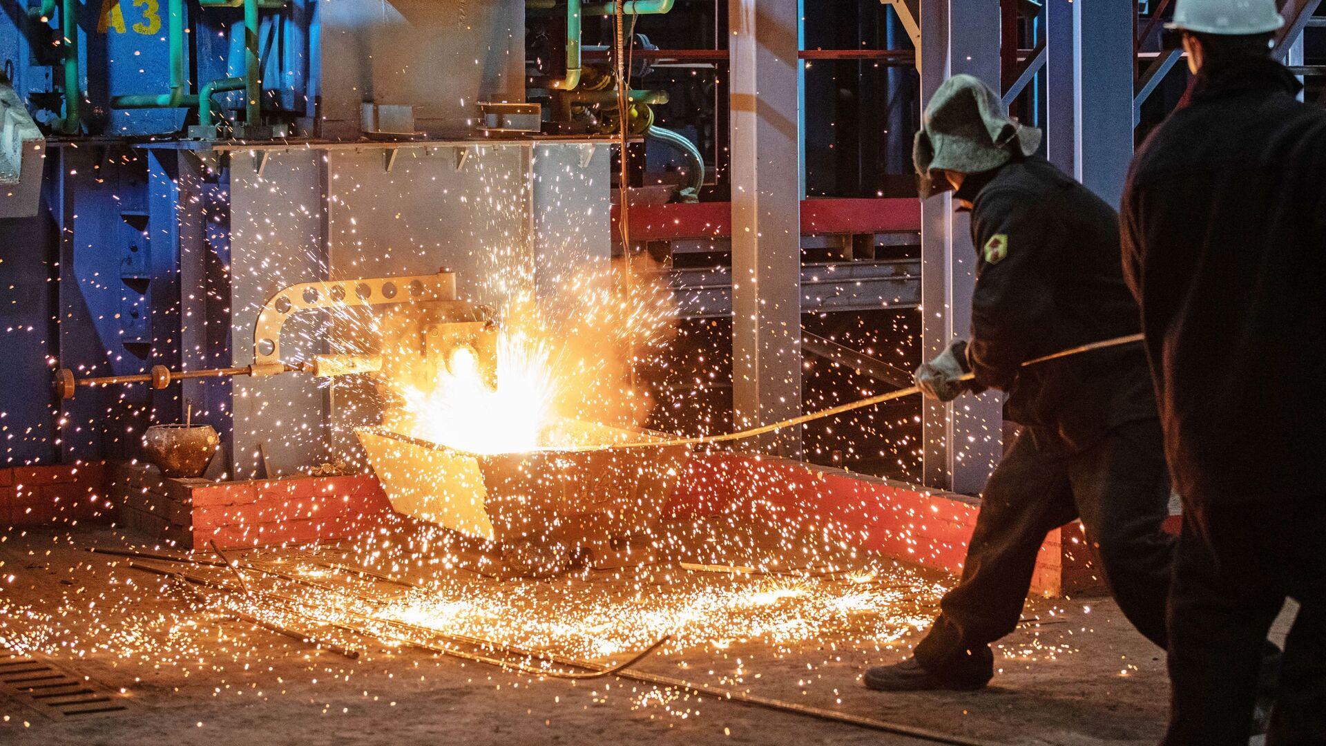 Рабочие у первой пилотной металлургической печи для выплавки чугуна из отходов металлургии в Мценске - РИА Новости, 1920, 04.02.2021