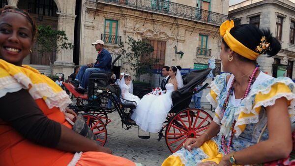 Молодожены на площади Сан Франциско де Асис в Гаване