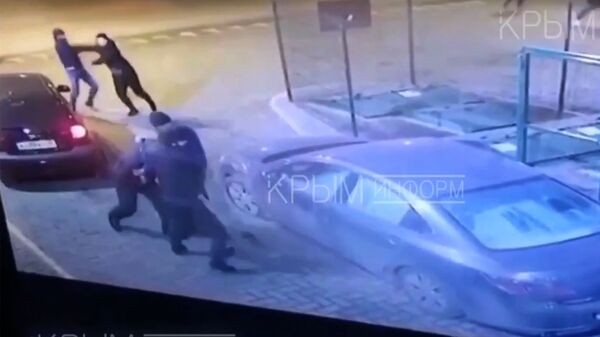 Стоп-кадр видеозаписи драки на территории АЗС в Симферополе