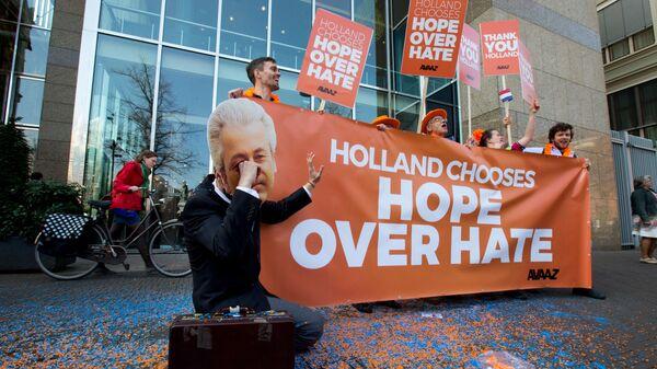 Акция у здания парламента Нидерландов в Гааге во время переговоров по коалиции