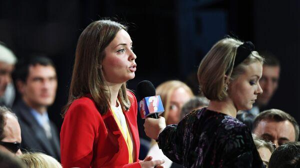 Журналист задает вопрос на ежегодной большой пресс-конференции президента РФ Владимира Путина