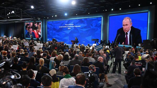 Журналисты во время ежегодной большой пресс-конференции президента РФ Владимира Путина
