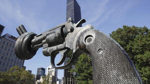 Скульптура Нет насилию перед фасадом здания ООН в Нью-Йорке