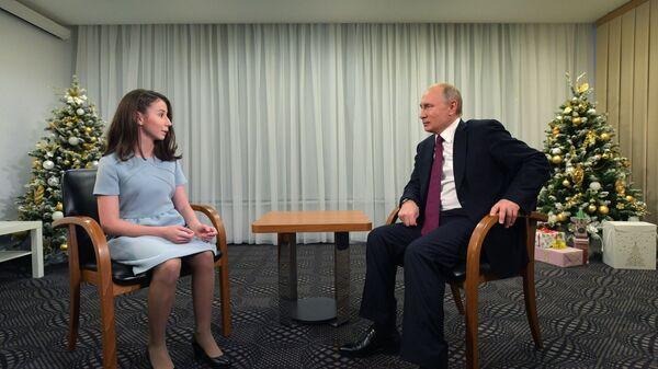 Президент РФ Владимир Путин во время интервью семнадцатилетней Регине Парпиевой, одной из участниц проекта Мечтай со мной